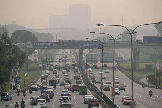 Asap tampak di jalan bebas hambatan di Shah Alam, Selangor, Malaysia pada Rabu, 12 September 2019. [THE STAR ]