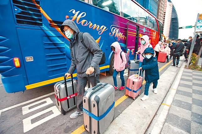 包機台商出關 讚台灣美人更美