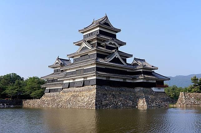 松本城為日本國寶級古城,去到松本市一定要到此一遊。(互聯網)