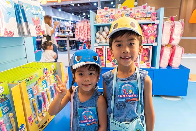 讓小朋友化身鯊魚們的造型帽($220)。