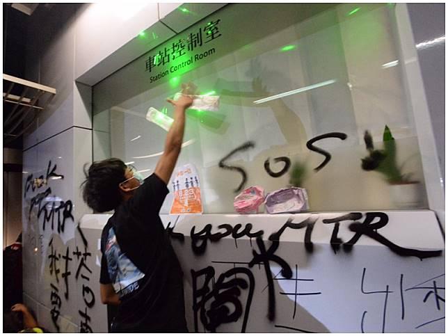 示威者將衛生巾貼上控制室玻璃。