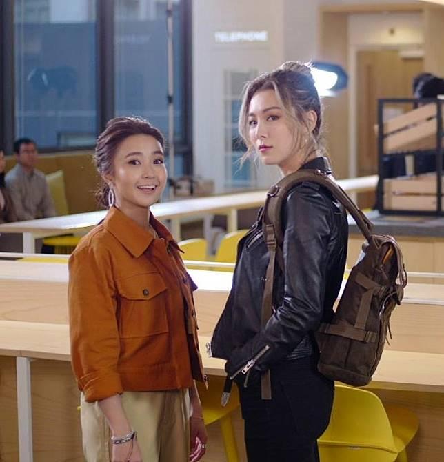 糖妹開心同老友王敏奕一齊開工。