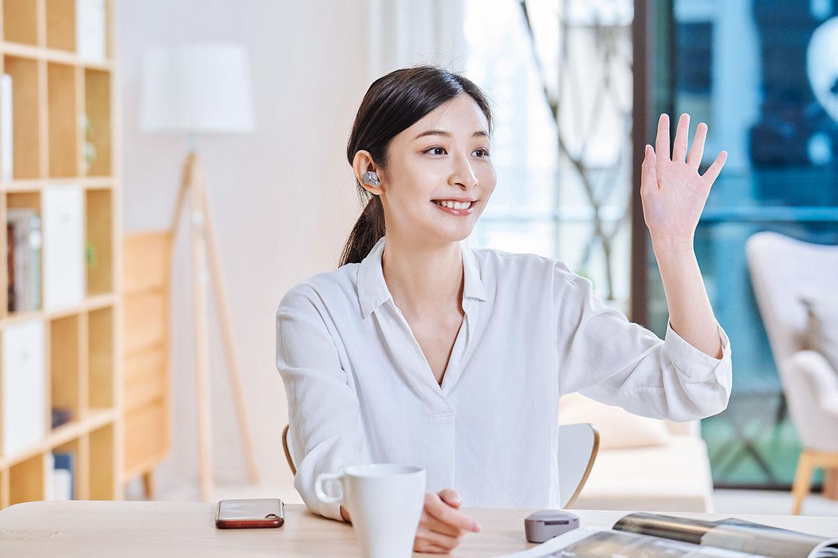 由於降噪功能切換可變成外部聲音模式,所以當遇到認識的人時,也能隨時透過觸控方式進行變更,如此一來就可以在不摘取耳機時,與人交談。