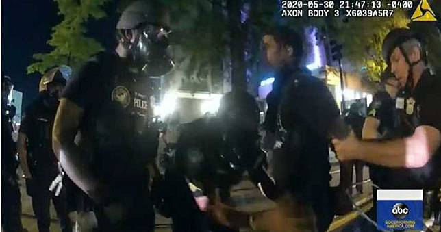 遭6警擊碎車窗射電擊槍拖下車 1男1女驚恐:只是去買晚餐