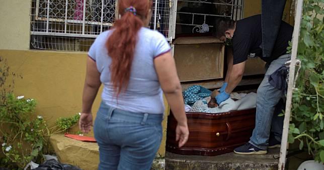 厄瓜多遺體滿到散躺路邊 家屬哭到淚乾…靜看親人「通通裝入紙箱棺」