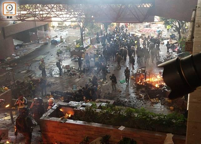 早上約8時,理大內示威者疑打算集體離開。(李浮南攝)