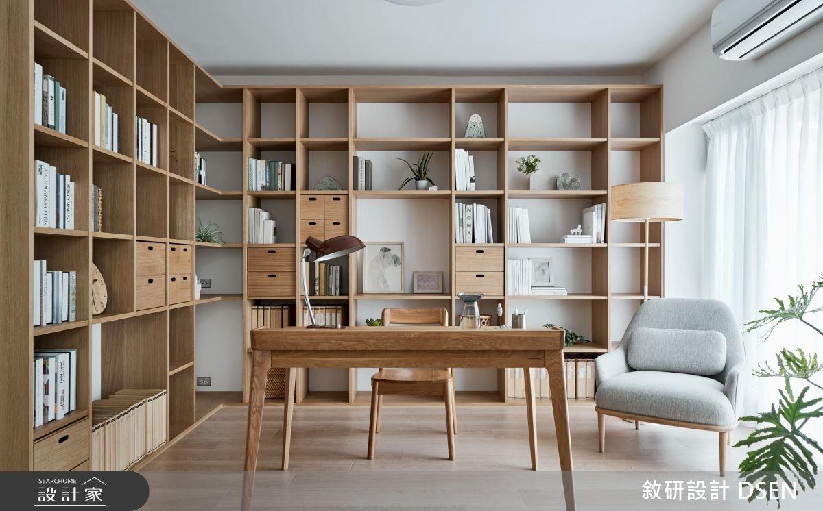以大面積的格狀櫃為基底字型圍繞書桌,依照需求選擇抽屜,就算是佔據兩面牆的收納系統也不會顯得壓迫,反而成為風格塑造的重要工程