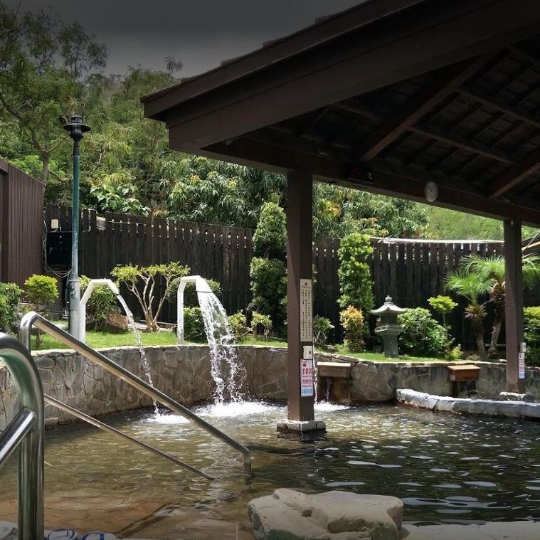 使肌膚綻放自然健康光澤。 泡湯歷史全台灣最悠久,日據時代就已探勘,找到最優質溫泉水來源(源頭),並開發完成,保證全台灣最優質最純正溫泉水,四重溪唯一選擇,唯一100%原湯純正溫泉水,溫泉水原最充足,最