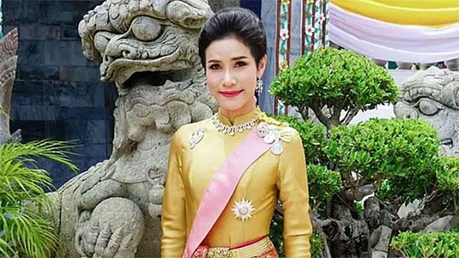 Sineenat Wongvajirapakdi, yang merupakan istri kelima raja Thailand Maha Vajiralongkorn. Mantan perawat militer ini pernah diangkat sebagai pengawal pribadinya sebelum dinikahi pada bulan Juli 2019. Mothership.com/Royal Household Bureau