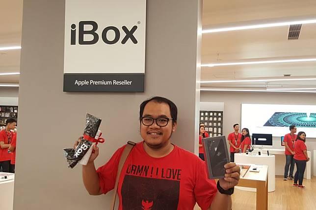 Hari (50) menjadi pembeli perdana iPhone X di gerai iBox Central Park Jakarta, Jumat (22/12/2017).(Fatimah Kartini Bohang/KOMPAS.com)