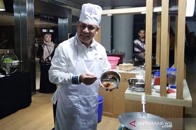 Ketua KPK memasak nasi goreng  awak media