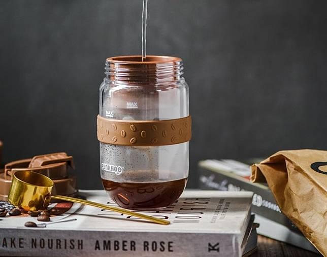 在咖啡濾網中倒入咖啡粉即可沖泡,無需濾紙。(互聯網)