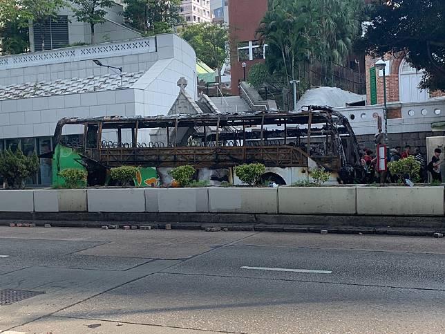有巴士亦被焚毀。