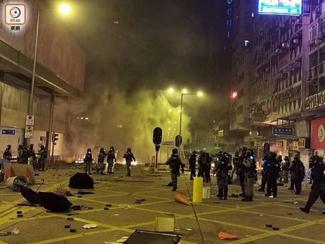 防暴警在佐敦道搜捕示威者。(沈厚錚攝)