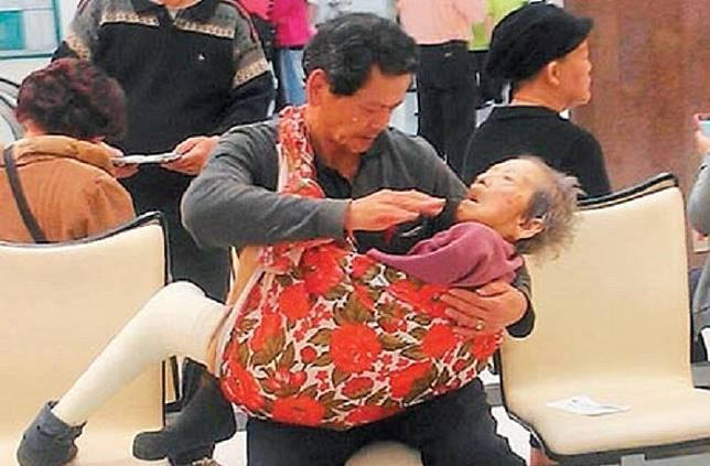 Mengharukan! Pria Ini Tak Malu Menggendong Ibunya Saat Berobat Sebagai Sebuah Bentuk Pengabdian