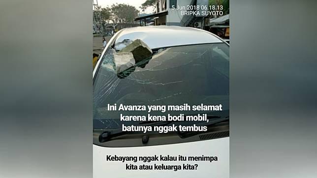 Mobil yang dilempar batu di jalan tol. (Foto: Dok. Istimewa)