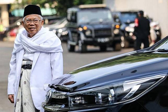 Wapres terpilih Ma'ruf Amin berfoto di belakang mobilnya, apa ya?