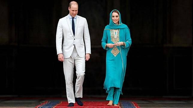 Pangeran William bersama istrinya Kate Middleton, Duchess of Cambridge saat mengunjungi Masjid Badshahi di Lahore, Pakistan, 17 Oktober 2019. REUTERS/Peter Nicholls