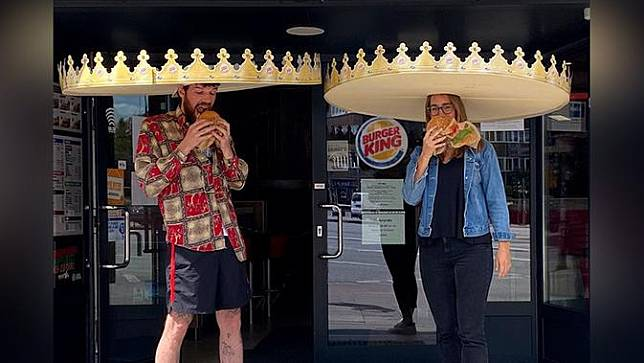 Burger King Bagikan Topi Lebar untuk Menjaga Jarak Aman