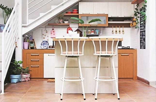 Manfaatkan Area Tak Terpakai Desain Dapur Bawah Tangga Ini Simpel