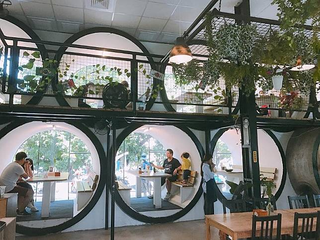 在台灣彰化花壇鄉,還有一所義式餐廳「別有洞天」,用了水管屋來作用餐包廂,滿滿的非常壯觀。(互聯網)