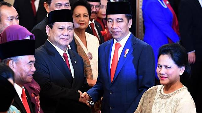 Presiden Joko Widodo (kedua kanan) didampingi Ibu Negara Iriana Joko Widodo (kanan) menyalami Menteri Pertahanan Prabowo Subianto seusai pelantikan menteri Kabinet Indonesia Maju di Istana Negara, Jakarta, Rabu (23/10). [ANTARA FOTO/Wahyu Putro]