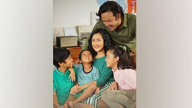 Widi Mulia dan suami, Dwi Sasono, beserta ketiga buah hatinya. Instagram.com/@widimulia