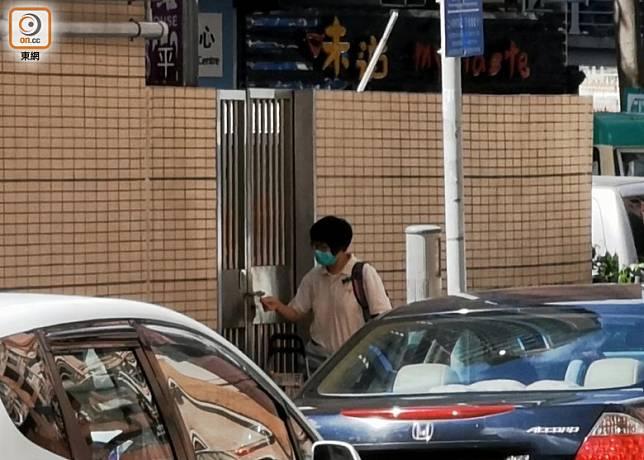 黃大仙蟲鼠組1名女工,上午9時,進入康強街公廁下層儲物倉。