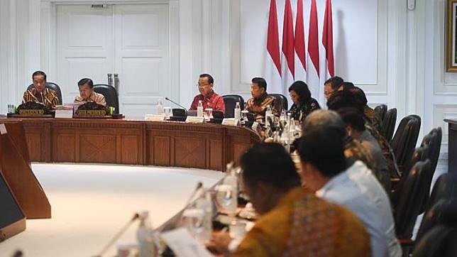 Presiden Joko Widodo (kiri) didampingi Wakil Presiden Jusuf Kalla (kedua kiri) memimpin rapat terbatas di Kantor Presiden, Jakarta, Senin, 29 April 2019. Ratas itu membahas tindak lanjut rencana pemindahan ibu kota. ANTARA