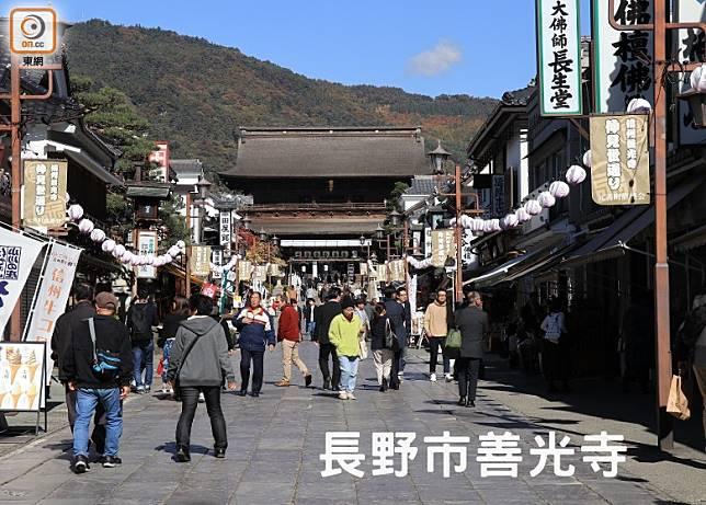 穿過高約20米並被指定為國家級重要文化財的山門,便可看到善光寺的本堂。(李家俊攝)