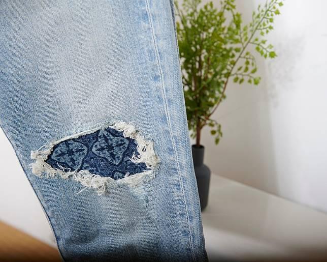 牛仔褲破爛位置襯上藍調設計的托布。(互聯網)