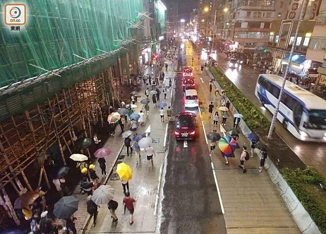 部分示威者和街坊在欽州街聚集。(蔡高華攝)
