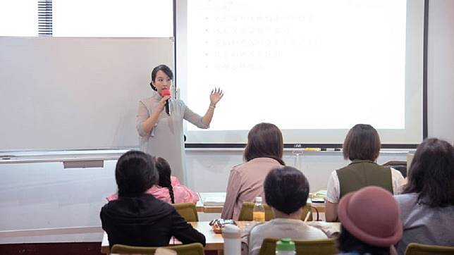 何安蒔現在有教學生,也常受邀演講。圖/翻攝藝收納 居家整理顧問 Sasha 何安蒔臉書
