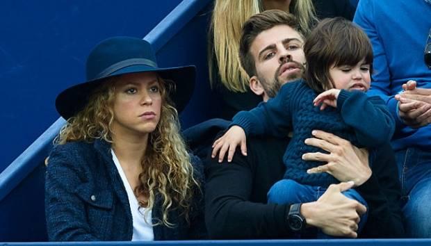 Gerard Pique menggendong putranya, Milan, saat menyaksikan final turnamen tenis Barcelona Terbuka bersama Shakira, di Real Club de Tenis Barcelona, Spanyol, 26 April 2015.  fotopress/Getty Images