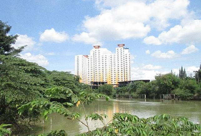 Kali Bekasi dengan latar belakang apartemen di Kota Bekasi. Tempo/Ali Anwar
