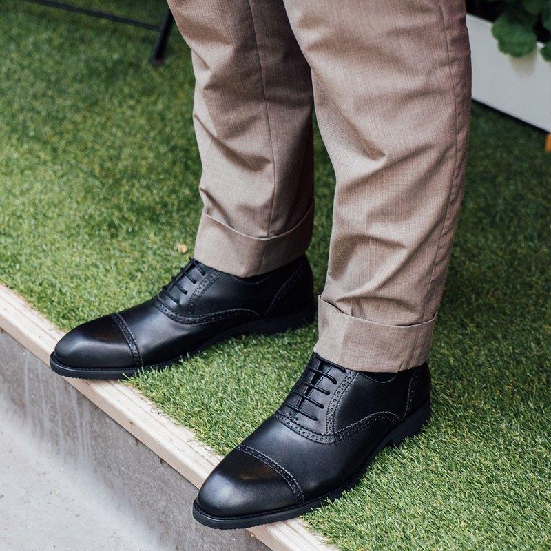 【尊重生命 從行開始】承諾使用非動物皮革材料,與台灣50年經驗的老師傅配合,打造出結合愛與工藝的手工紳士鞋。 宛如球鞋的舒適感、足弓健康與增高機能,讓設計與時尚結合同時,兼具愛護動物的美好Vegan理