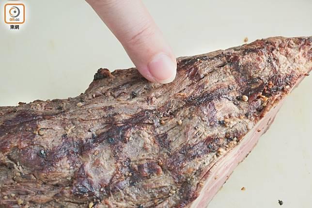 看到牛肉紋理後,以逆向方式切片。(莫文俊攝)
