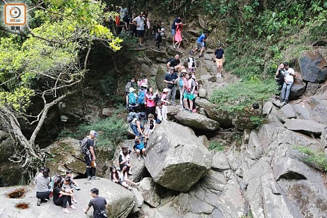 本月中周末的照鏡潭,短短1小時已有逾50人進入,潭邊十分熱鬧。