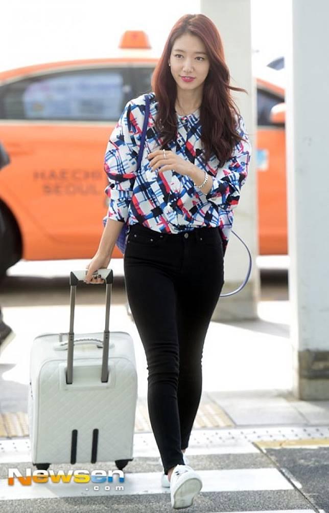 8 Padu Padan Sneakers Dan Jeans Ala Aktris Korea Buat Ke Kampus