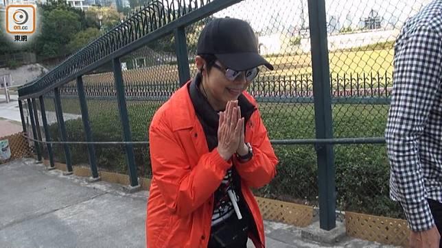 提到前夫黎小田離世,她只雙手合十示意。