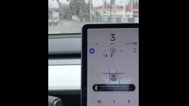 好奇 Tesla「紅燈自動煞停」 怎麼運作?有人拍影片示範囉