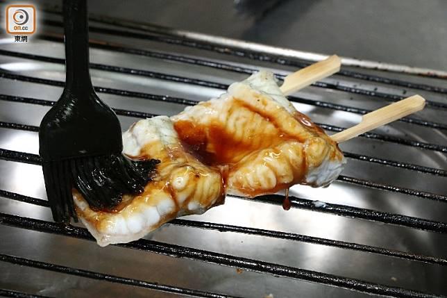 把醬汁搽在鱔魚兩面燒熟,至少要搽3次才更入味。(盧展程攝)