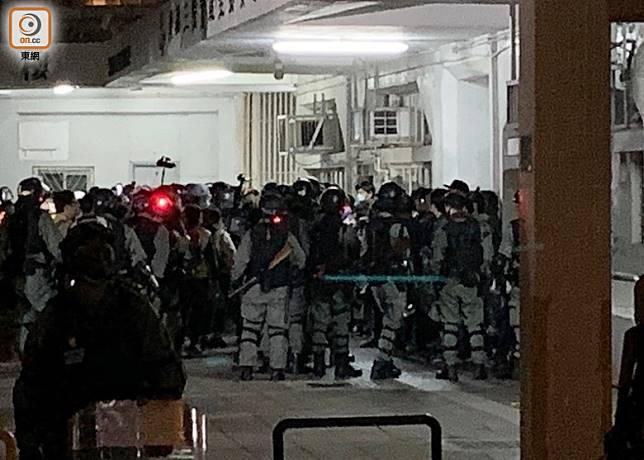 防暴警在信明樓對出截查現場人士。(陳家明攝)