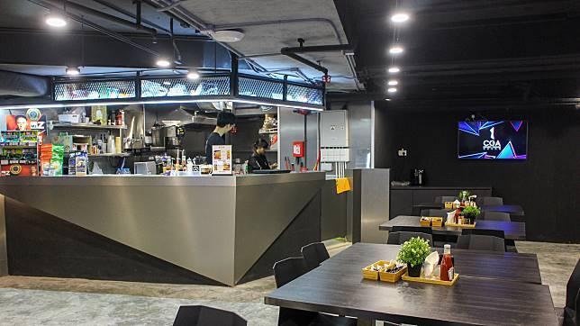 旁邊的E-café有提供了小食和餐飲,讓玩家補充體力。