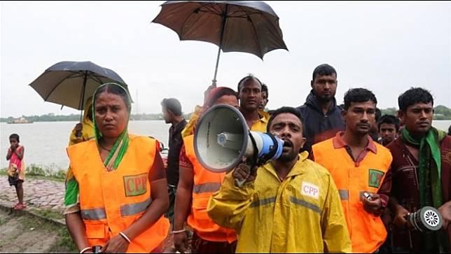 บังกลาเทศอพยพประชาชนนับแสนคนหนีภัยพายุไซโคลนที่จะพัดเข้าคืนนี้