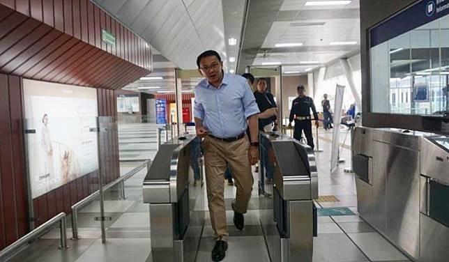 Basuki Tjahaja Purnama atau Ahok, saat mencoba MRT di Jakarta. Twitter/@@basuki_btp