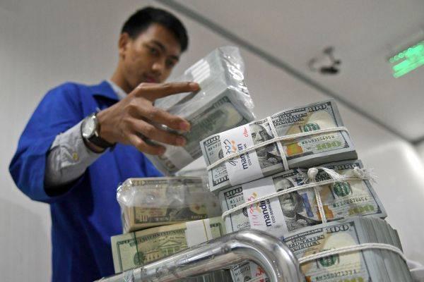 Nilai tukar Rupiah terhadap Dolar AS menguat ke posisi Rp13.968-Rp14.015 per USD.