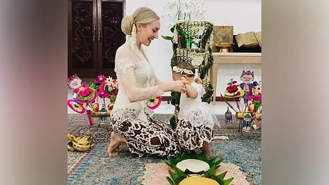 Varsha Strauss yang berasal dari Austria tampak mengenakan kebaya putih saat menggelar acara adat Tedak Sinten untuk buah hatinya yang memasuki usia tujuh bulan. instagram.com/varshaadhikumoro