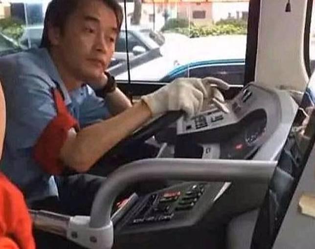這位內地巴士司機與張國榮長得一模一樣。