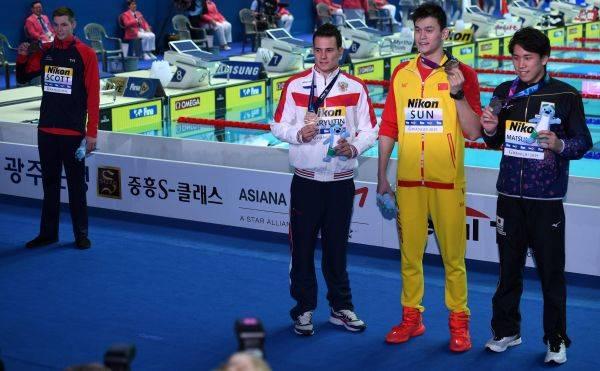 Duncan Scott (kiri) menolak berfoto bersama dengan perenang Tiongkok Sun Yan.